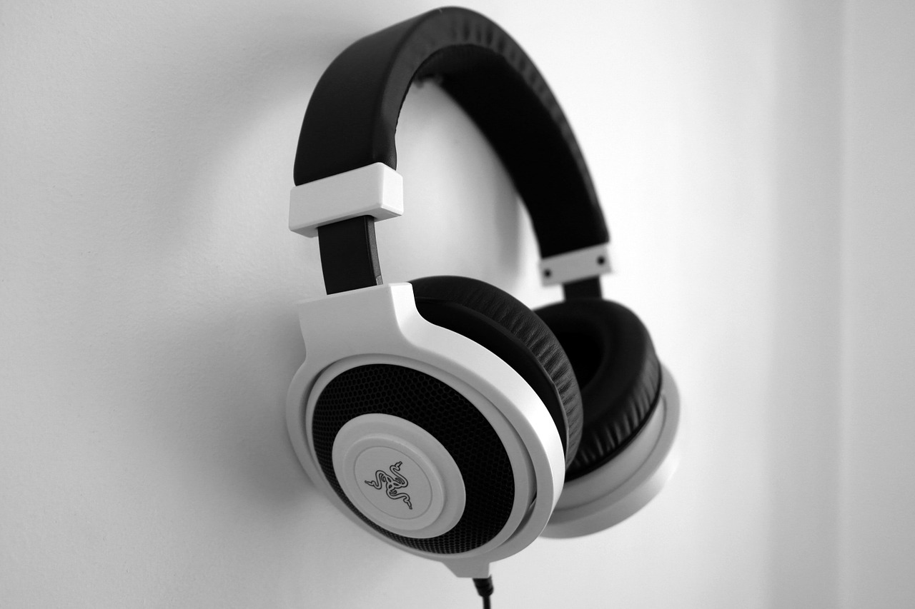 headphones 1377194 1280 - Is It Dangerous to Listen to Music at High Volume?